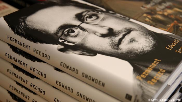 Э.Сноудений номыг Германд худалдаалж эхэлжээ