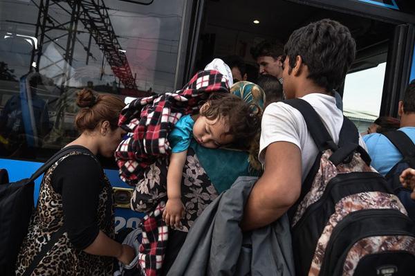 Дүрвэгсэд Ховат руу цувж эхэллээ