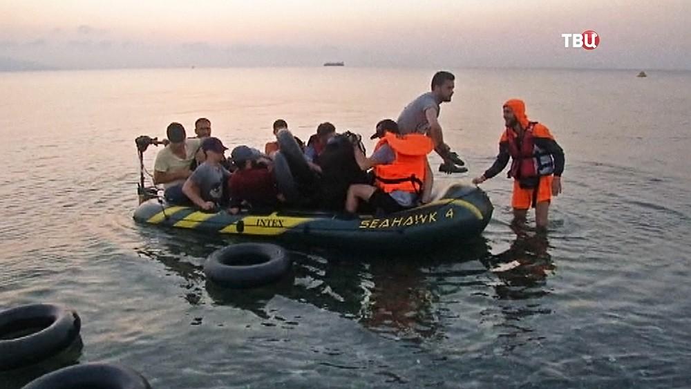 Туркийн 17 түшмэл хийлдэг завиар Грек руу зугтжээ