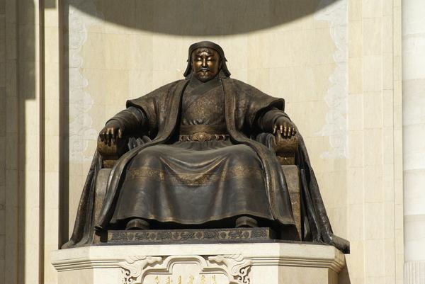 Монгол бахархлын өдрөөр Чингис хааны хөшөөнд цэцэг өргөлөө