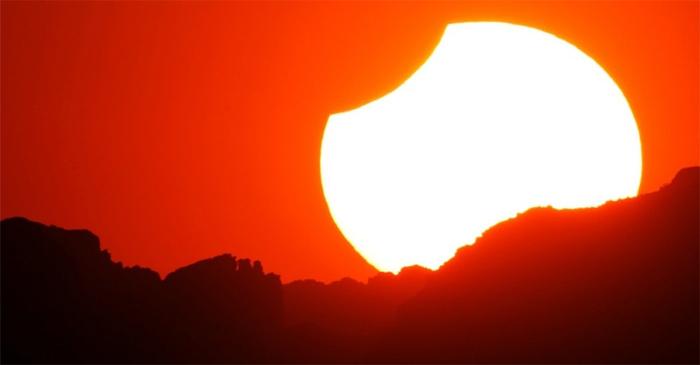 ШУУД дамжуулалт: Нарны бүтэн хиртэлт