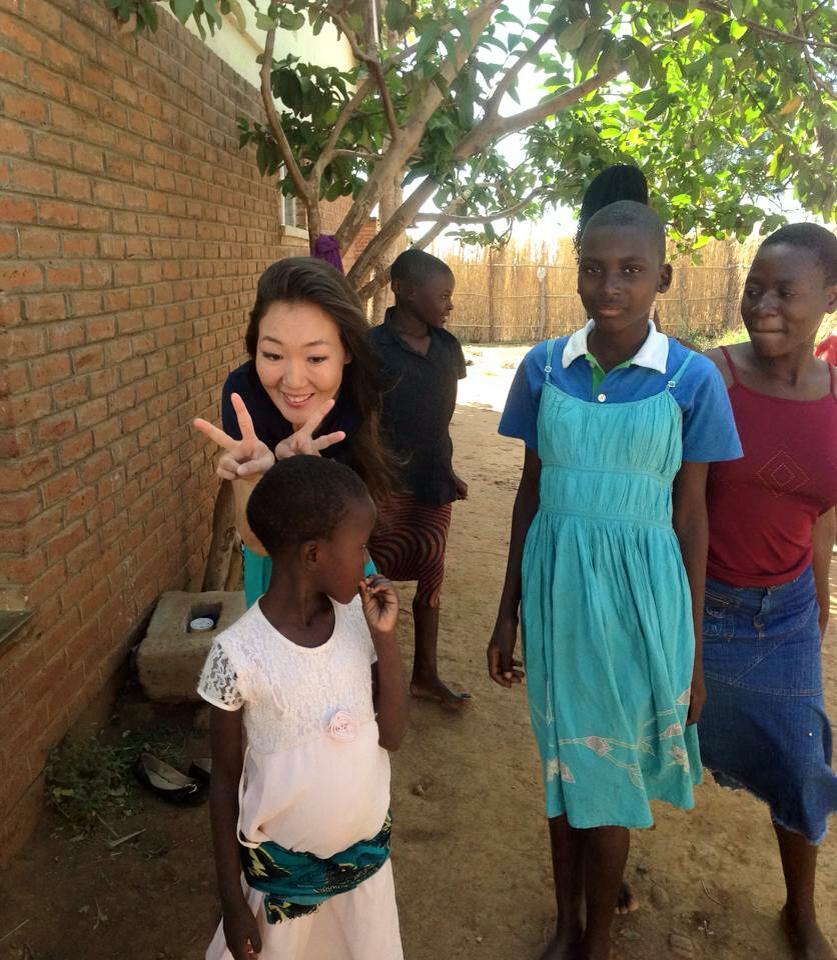Африкийн хүүхдүүдэд хайр түгээсэн Монгол бүсгүй