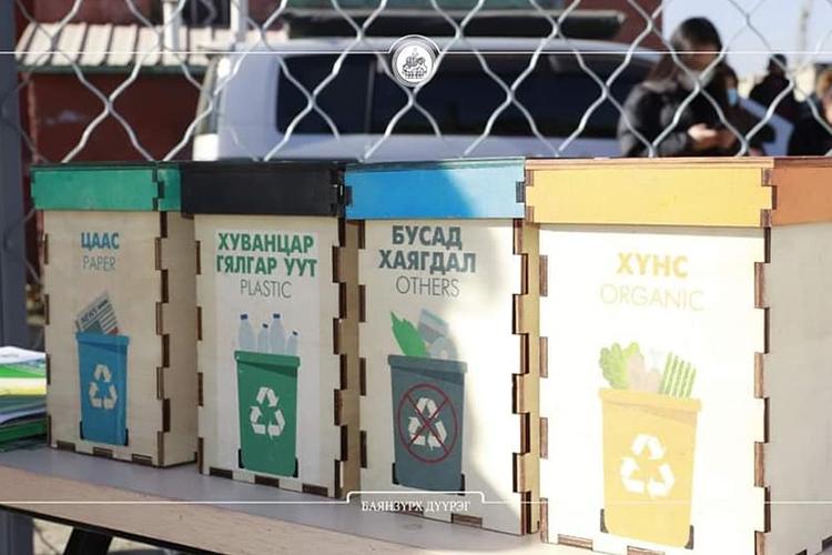 БЗД-т хаягдал гялгар уутаар хүүхдийн тоглоомын талбайг бий болгожээ