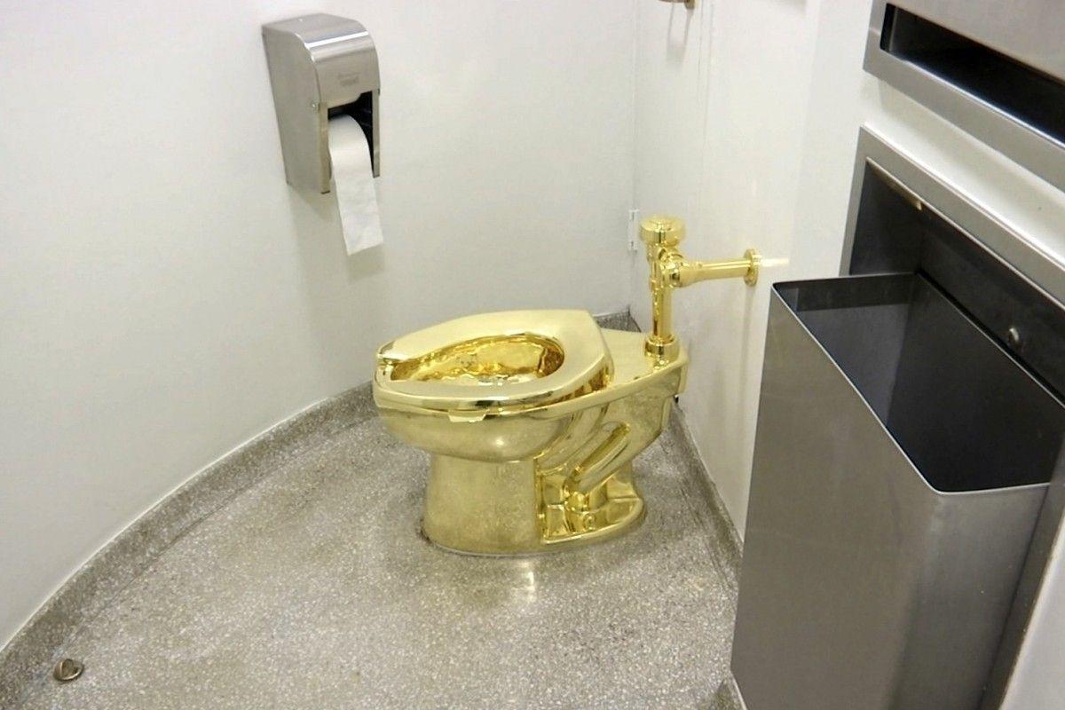 Британийн музейгээс 18 каратын цул алтан жорлонгийн суултуур хулгайд алдагджээ