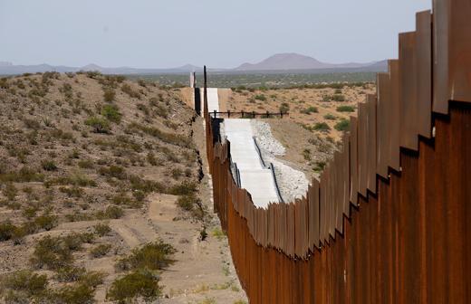 Мексиктэй залгаа хилийн дагуух ханан дээр Д.Трамп гарын үсгээ үлдээжээ