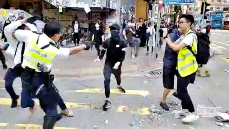 Хонконг: Цагдаа жагсагчийг бууджээ