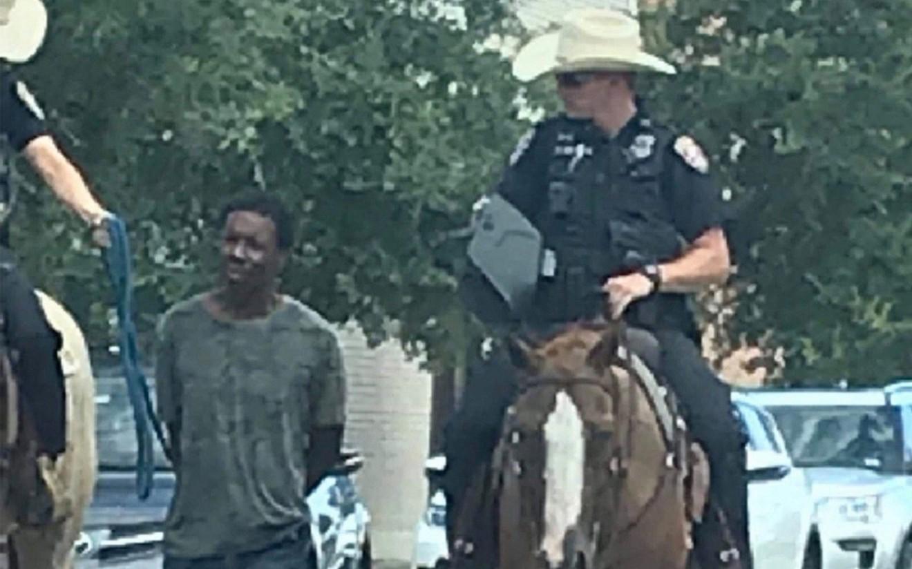 Техас мужийн офицерууд хар арьст гэмт этгээдтэй зүй бус харьцсандаа уучлал хүсэв