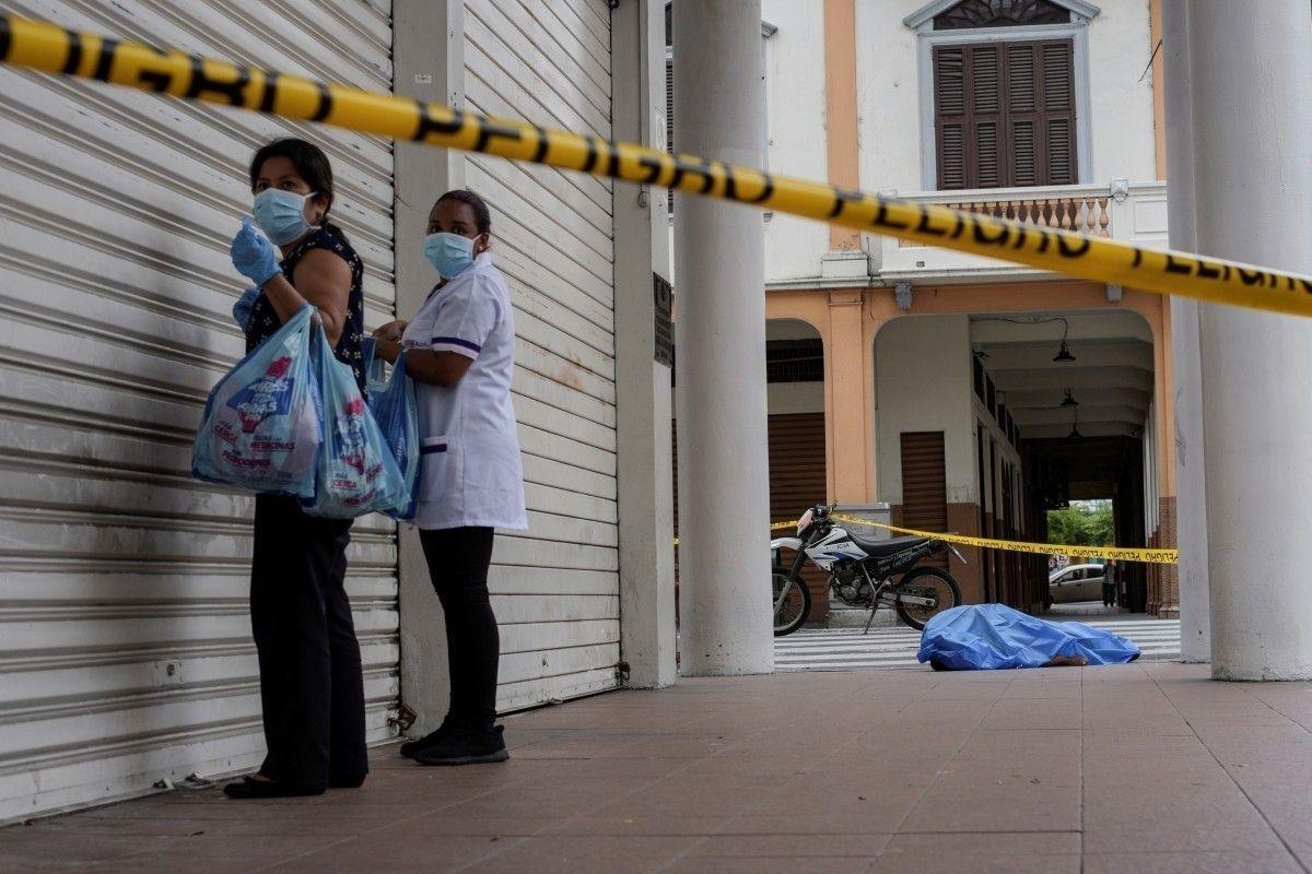 Эквадорт Covid-19 өвчнөөр нас барсан хүмүүсийн цогцос гудамжинд хаягдаж байна