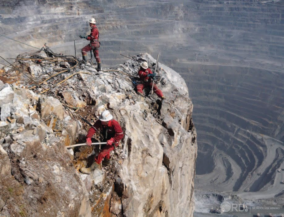 """Зимбабве уул уурхайгаа төрийн мэдэлд авч, """"Рио Тинто"""" компанийн эсрэг зогслоо"""