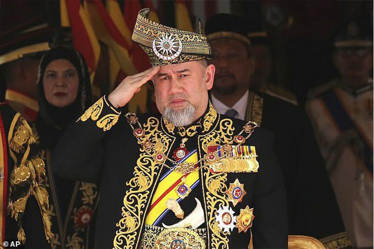 Малайзын экс хаан Оросын мисстэй хуримласандаа харамсдаг