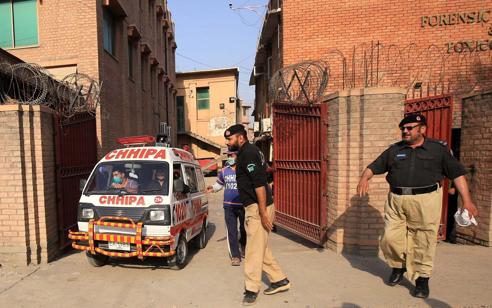 Пакистанд бурхныг доромжилсон хэргээр шүүгдэж байсан хүнийг шүүхийн танхимд буудан хороожээ