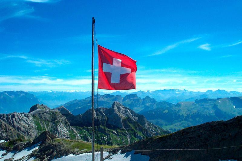 Социализм ялсан Швейцарь улс иргэн бүртээ сард 2,250 евро өгдөг болно