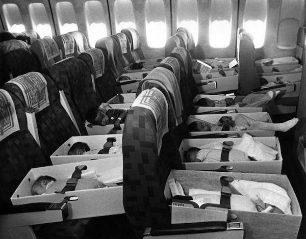 Америк руу үрчлэгдэхээр нисч яваа Вьетнам хүүхдүүд /1975 он/