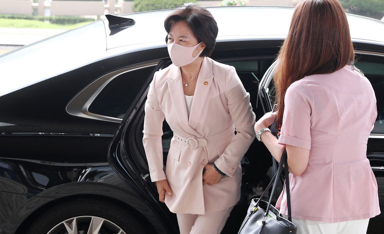 Эрх мэдлээ ашиглан хүүдээ чөлөө олгуулсан Өмнөд Солонгосын хууль зүйн сайд огцорч магадгүй болжээ
