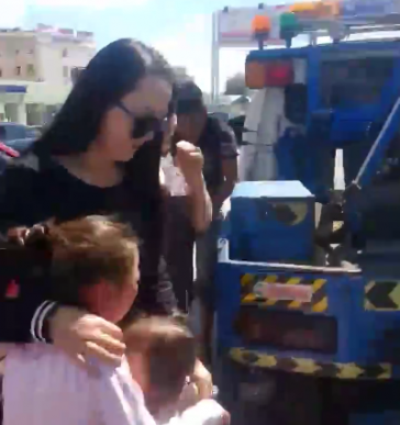 Эмэгтэйчүүд хүүхдүүдийг уйлуулан ачиж байна (Бичлэг)