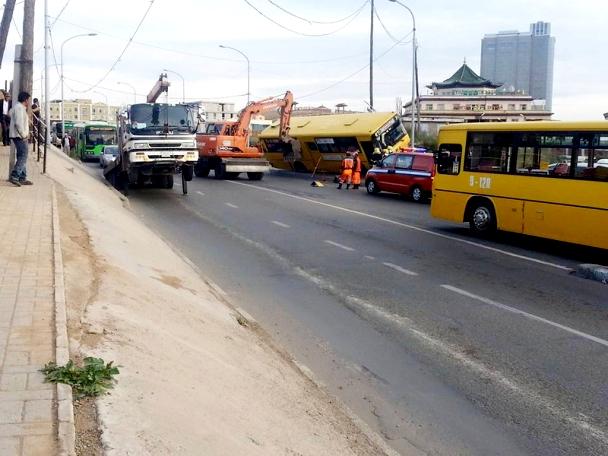 Зорчигч тээвэрлэж явсан том оврын автобус осолджээ