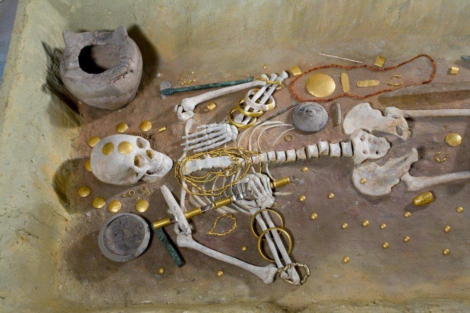 Варнагаас олдсон МЭӨ V зууны үеийн алт эрдэнэс