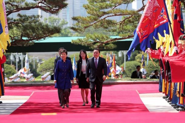 Ерөнхийлөгч Ц.Элбэгдоржийг Солонгосын Ерөнхийлөгч ингэж угтан авчээ (Бичлэг)