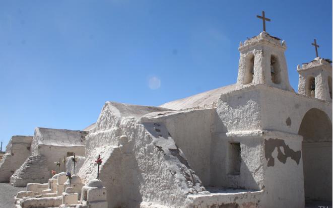 Хуучин сүмийн ойролцоо явж байсан Чили иргэн цагаан өнгийн боолттой зүйл олжээ. Задлаад үзтэл...