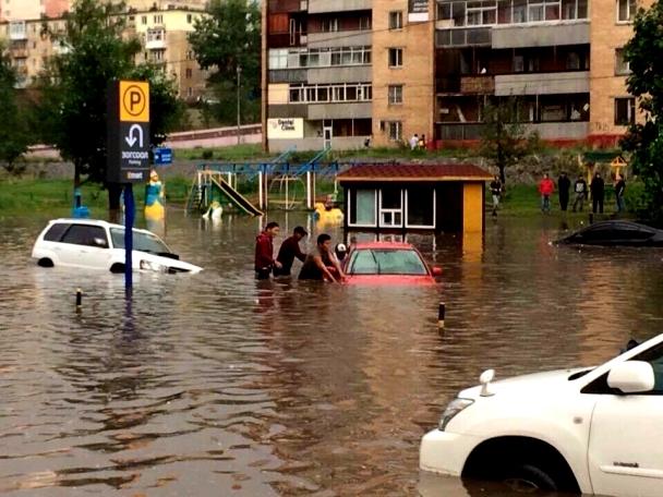 Хорьхон минутын бороо хотын төвийг үерт автууллаа