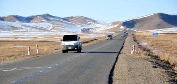 Орон нутгийн зам халтиргаа, гулгаатай байгааг анхааруулж байна