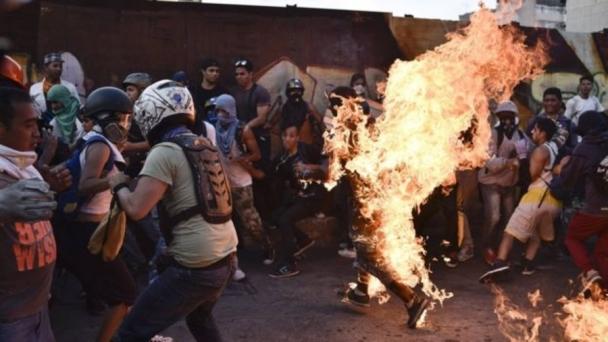 Венесуэльд эсэргүүцлийн жагсаалын үеэр хүнийг амьдаар нь шатаажээ