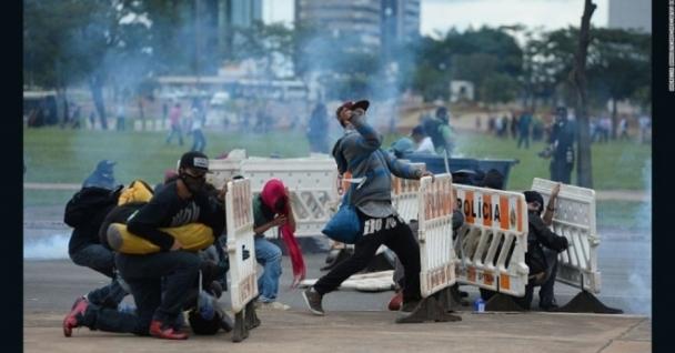 Бразилын нийслэлд болсон эсэргүүцлийн жагсаалын үеэр 50 орчим хүн гэмтэж бэртжээ
