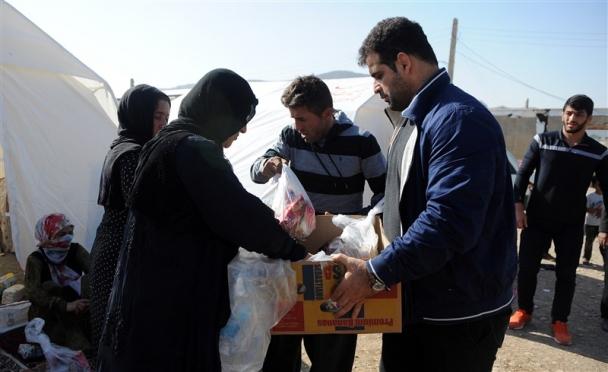 Ираны бөхчүүд газар хөдлөлтөд нэрвэгдсэн иргэдэд туслаж байна