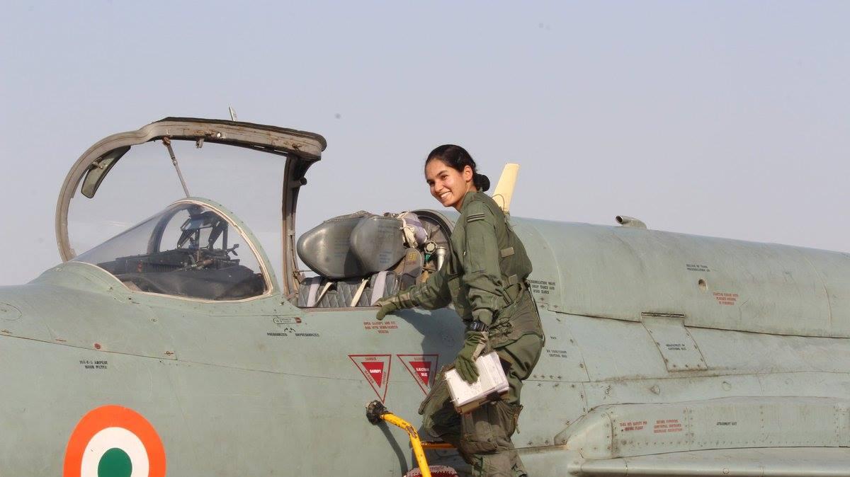 Байлдааны онгоцны анхны нисгэгч эмэгтэй ганцаарчилсан нислэг хийв