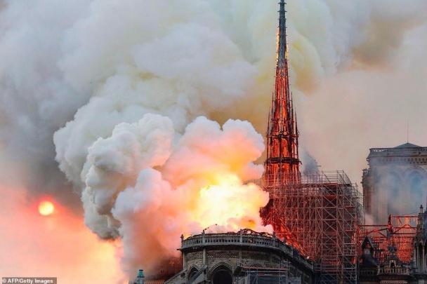 800 жилийн түүхтэй Парисын дарь эхийн сүм шатлаа
