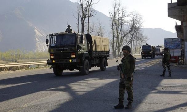 Энэтхэгийн цэргийн машин руу халджээ