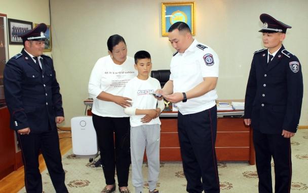 Амь аврагдсан 11 настай хүүгийн ээж цагдаагийн алба хаагчдад талархал илэрхийллээ