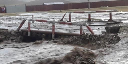 Түр зуурын хүчтэй аадар борооны улмаас таван хүн үерт өртөж, нэг нь нас баржээ