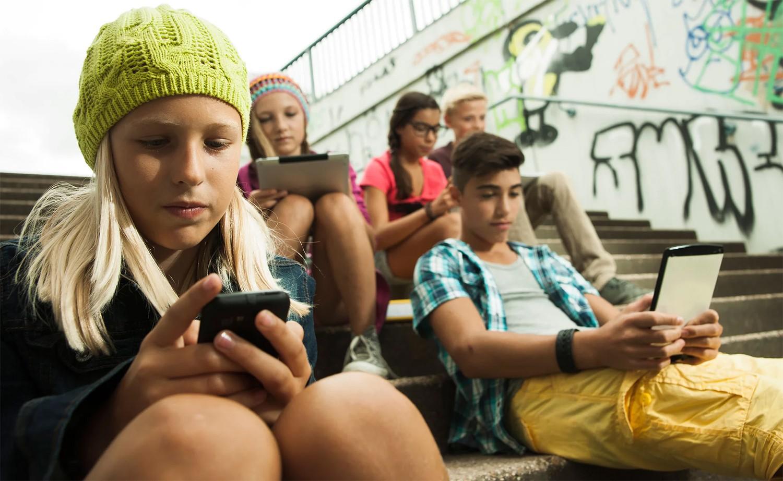 Франц улс сургууль дээр гар утас ашиглахыг хориглолоо