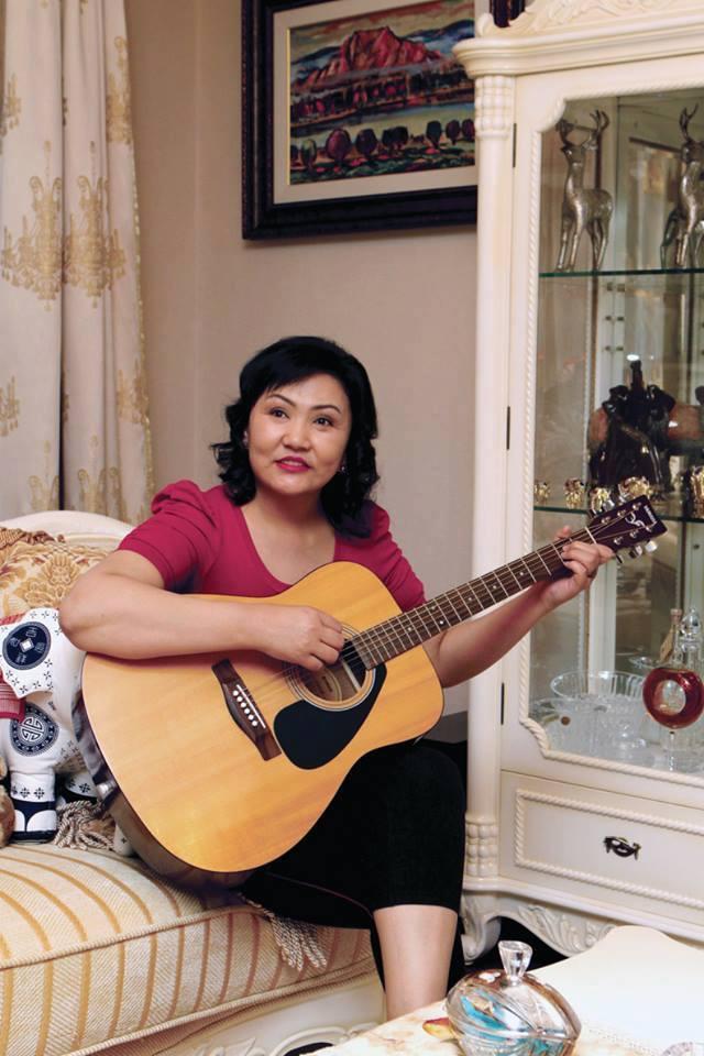 ЖИРГЭЭ: Гитартай дуулах нь Д.Оюунхорол гишүүний хобби