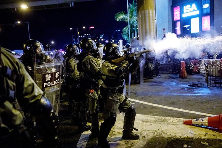 Хонгконгод цагдаа нар сэтгүүлчийн нүдийг сохолжээ