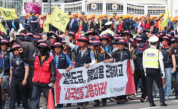Ажлын байраа гаднынханд алдсан Солонгосчууд жагсч эхэллээ