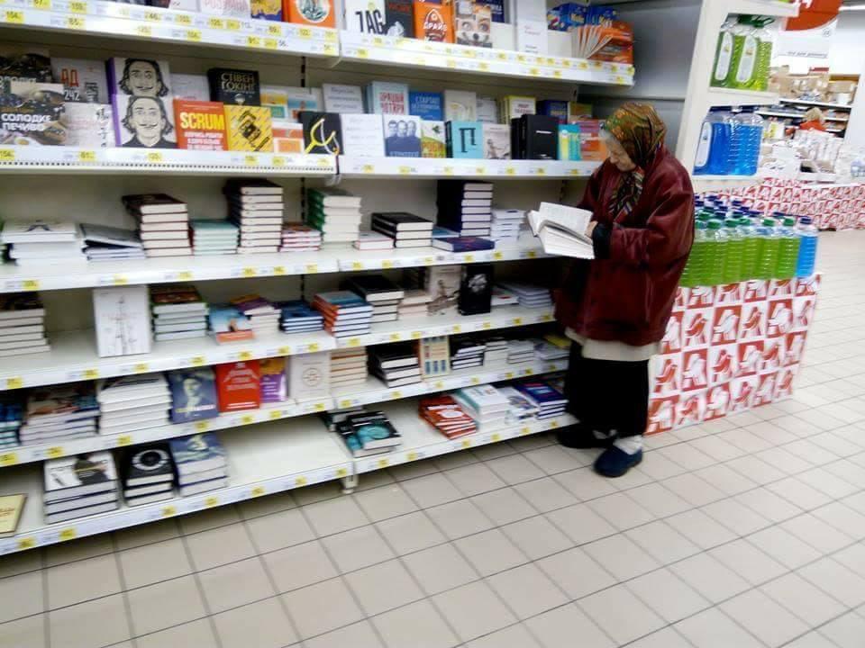 Киев хотын Номын сангаас байнгын үйлчлүүлэгч эмээд уншлагын булан тохижуулж өгчээ