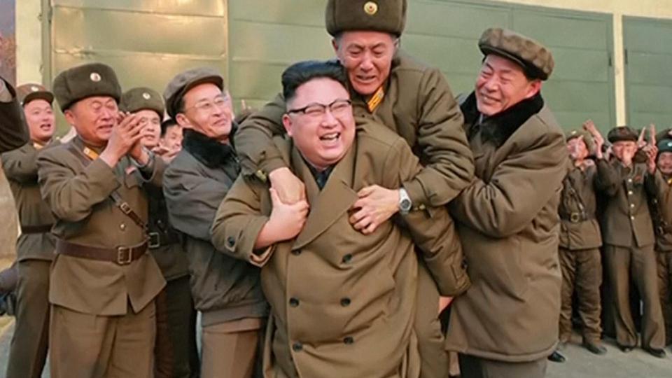 Ким Чен Ун ахмад дайчныг үүрчээ