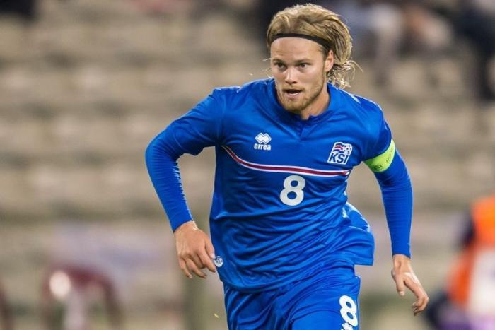 Исландын хөлбөмбөгчнийг загвар өмсөгч болооч гэж урьжээ