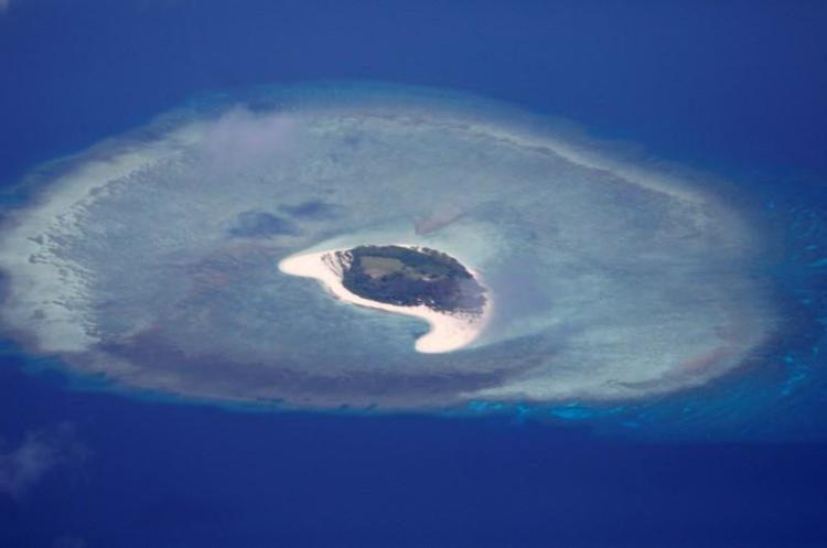 Хятадын бөмбөгдөгч онгоц маргаантай арал дээр газарджээ
