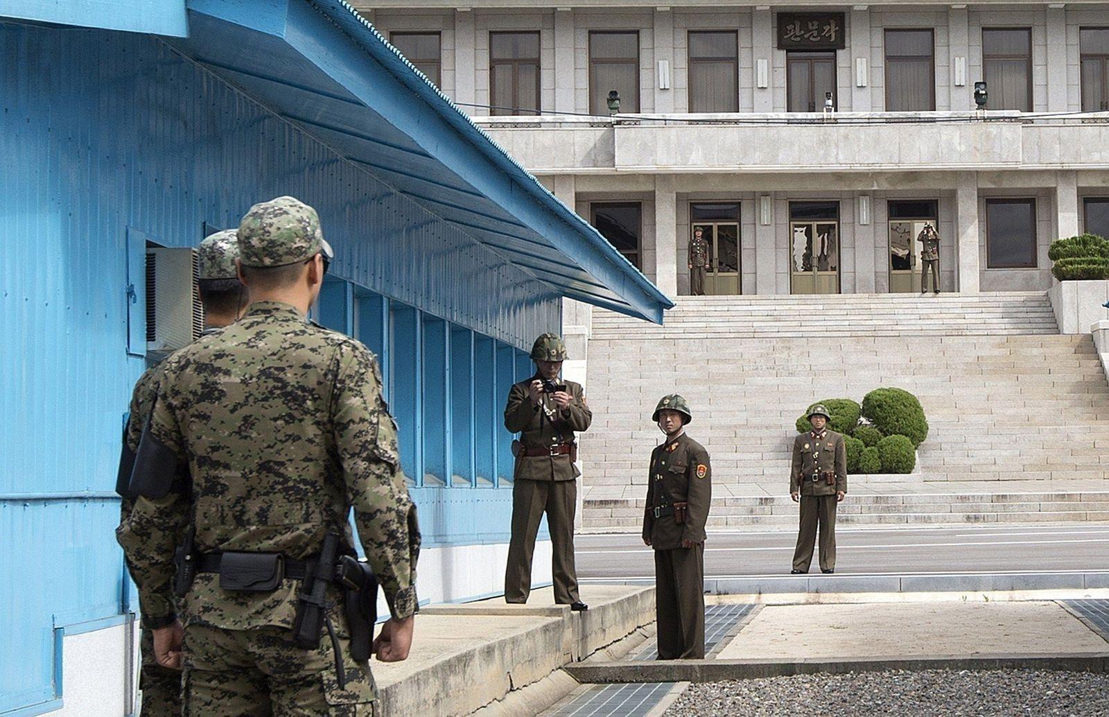 Өнөөдөр өглөө Хойд Солонгосын хоёр иргэн Өмнөд рүү дүрвэж иржээ