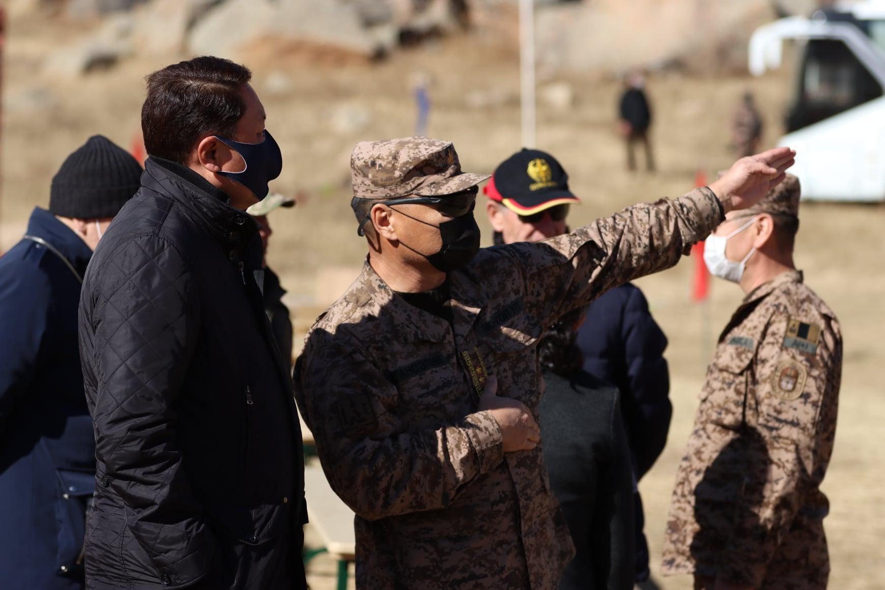 Монгол, Германы зэвсэгт хүчний хамтарсан уулын явган цэргийн сургалттай Ерөнхийлөгч танилцав