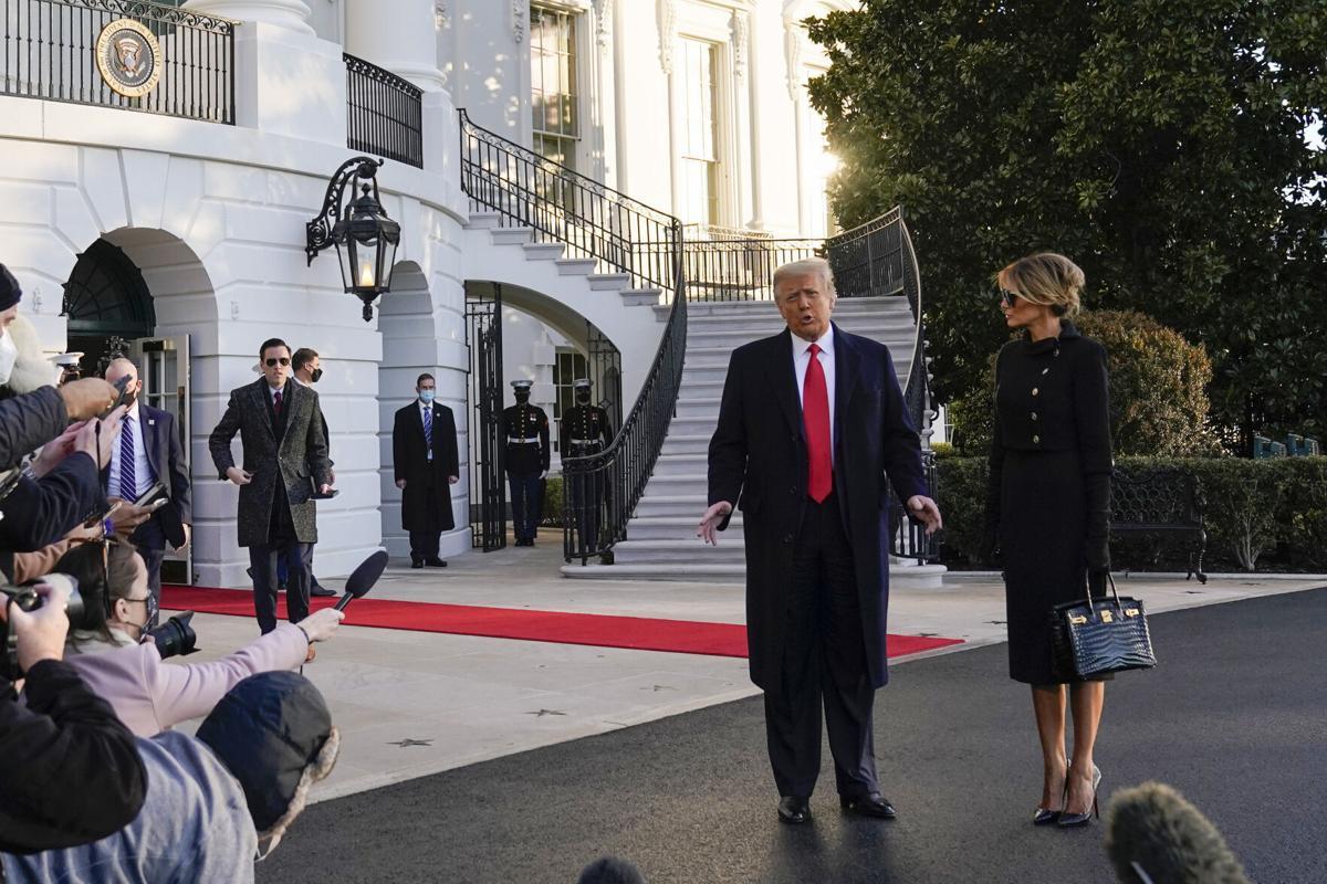 Дональд, Меланиа Трамп нар Цагаан ордноос явлаа