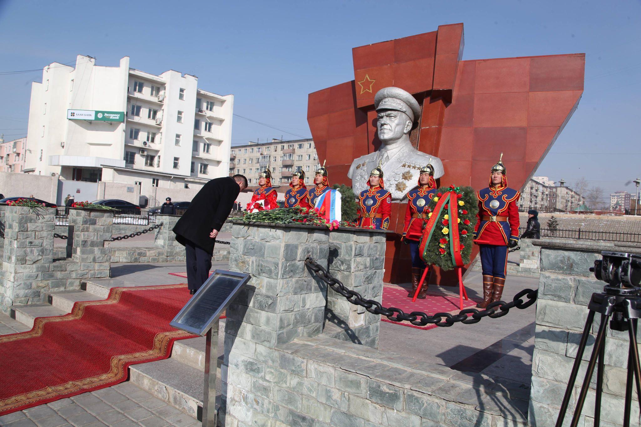 БНМАУ-ын хошой баатар, маршал Г.К.Жуковын хөшөөнд цэцэг өргөлөө