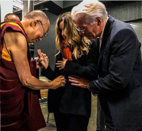Ричард Гир бие давхар эхнэрээ Далай ламтай уулзуулав