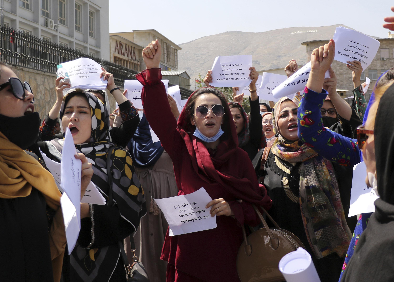 Талибууд жагсаж буй эмэгтэйчүүдийн эсрэг хүч хэрэглэжээ