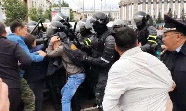 Буриад: Жагсагчдыг тараахаар утаат гранат шиджээ
