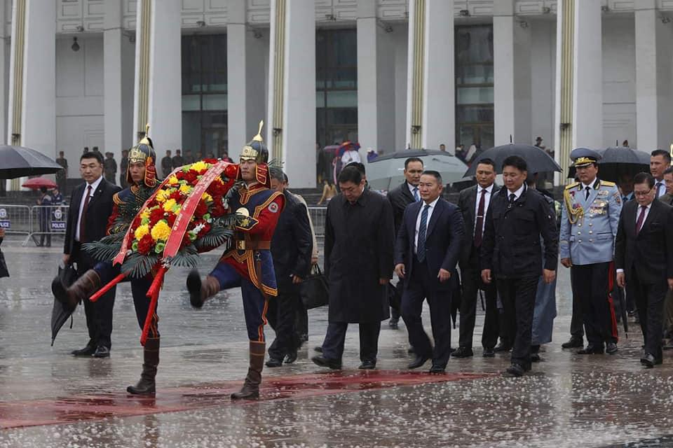 Монгол Улсын Ерөнхийлөгч Х.Баттулга Чингис хааны хөшөөнд хүндэтгэл үзүүлж, Д.Сүхбаатарын хөшөөнд цэцэг өргөлөө