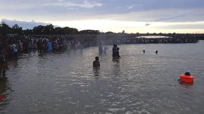 Хөлбөмбөгийн тоглолтын дараа таван хүүхэд усанд осолджээ
